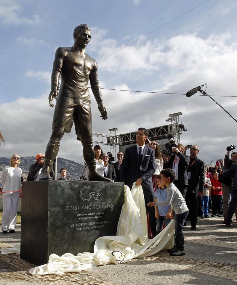 Cristiano-Ronaldo-Statue-002-800x963